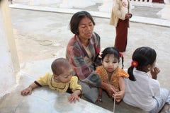 Mama de Myanmar con los cabritos foto de archivo