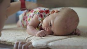 Mama, die Babyrückseite streicht stock video footage