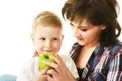 Mama, die ihren Sohn speist Stockbilder