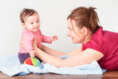 Mama, die mit ihrer kleinen Tochter spielt Stockfotos