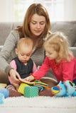 Mama, die mit zwei Kindern spielt Lizenzfreie Stockfotografie
