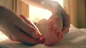 Mama dotyka nowonarodzonych dziecka ` s cieki zbiory wideo