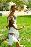 Mama e hija activas Foto de archivo