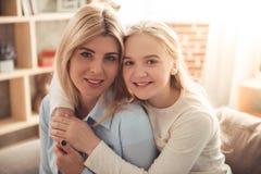 Mama e hija adolescente Imagen de archivo