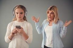 Mama e hija adolescente fotografía de archivo libre de regalías
