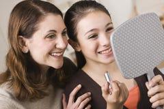 Mama e hija con el lápiz labial Imágenes de archivo libres de regalías
