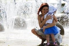 Mama e hija en el waterpark Fotografía de archivo