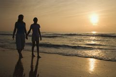 Mama e hija en la salida del sol. imagen de archivo