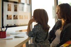 Mama e hija que usa el ordenador imágenes de archivo libres de regalías