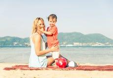 Mama e hijo imagen de archivo libre de regalías