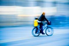 Mama e hijo en una bici que apresura Imágenes de archivo libres de regalías