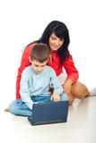 Mama e hijo felices con el cuaderno Foto de archivo libre de regalías