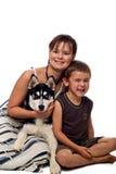Mama e hijo que presentan con el perro. Fotografía de archivo libre de regalías