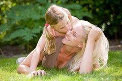 Mama einen Kuss geben Stockfotos