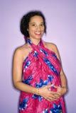 Mama embarazada con las manos en el estómago. Imagenes de archivo