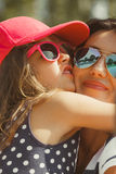 Mama en dochter die mooie tijd samen doorbrengen stock afbeelding