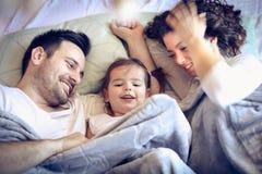 Mama en papa het verbergen onder deken met me stock afbeeldingen