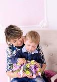 Mama en zoon met mand van bloemen Stock Afbeeldingen