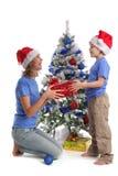 Mama gibt dem Sohn für Weihnachten ein Geschenk lizenzfreies stockfoto