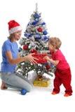Mama gibt der Tochter für Weihnachten 2 ein Geschenk lizenzfreies stockfoto