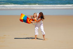 Mama, hija, diversión de la playa Imagen de archivo