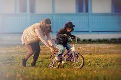 Mama i śliczna dziewczyna ma zabawę cieszy się czas wpólnie Fotografia Royalty Free