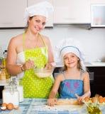Mama i córka ciąć na arkusze ciasto Zdjęcia Stock