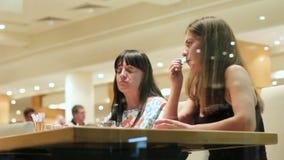 Mama i córka jemy w restauraci Widok przez wielkiego okno na dwa pięknych brunetkach Powiązania miejscowy zdjęcie wideo