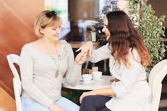 Mama i córka jesteśmy w kawiarni Obrazy Stock