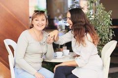 Mama i córka jesteśmy w kawiarni Obrazy Royalty Free