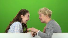 Mama i córka opowiada na opowiadać na różnorodnych tematach zielony ekran Boczny widok zbiory wideo