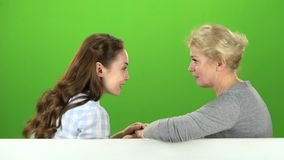 Mama i córka opowiada na opowiadać na różnorodnych tematach zielony ekran Boczny widok zbiory