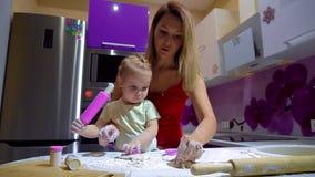 Mama i córka robimy pizzy ciastu zdjęcie wideo
