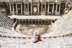 Mama i córka siedzimy na krokach antyczny amfiteatr, lokalizować w Hierapolis, Pamukkale, Denizli prowincja zdjęcie royalty free