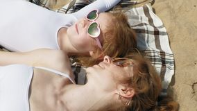 Mama i córka sunbathing na plaży dzie? motyliego trawy sunny swallowtail lata zdjęcie wideo