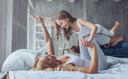Mama i córka w domu obrazy royalty free