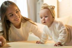 Mama i córka w izbowej, szczęśliwej rodzinie z dzieckiem, obraz royalty free
