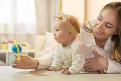 Mama i córka w izbowej, szczęśliwej rodzinie z dzieckiem, obrazy stock