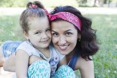 Mama i córka w naturze Zdjęcia Royalty Free