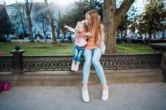 Mama i córka w parku Obrazy Royalty Free