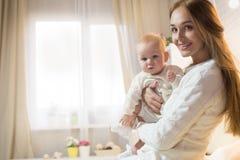 Mama i córka w pokoju obrazy stock