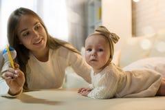 Mama i córka w pokoju zdjęcia royalty free