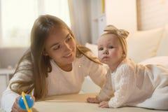 Mama i córka w pokoju obraz royalty free
