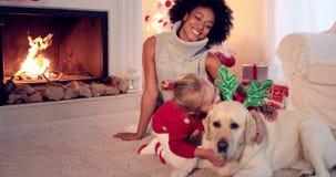 Mama i córka w pulowerach bawić się z zwierzę domowe psem zbiory wideo