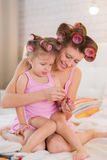Mama i córka w sypialni Zdjęcia Stock