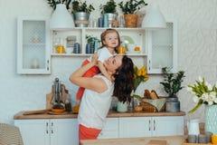 Mama i c?rka w kuchni zdjęcia stock