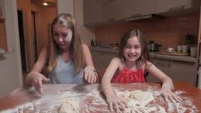 Mama i doc bawić się w kuchni zbiory
