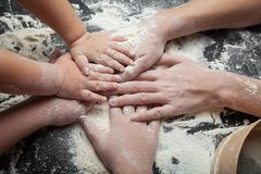 Mama i dwa córki przygotowywamy domowej roboty torty, świątecznych ciastka i domowej roboty tort, obraz stock