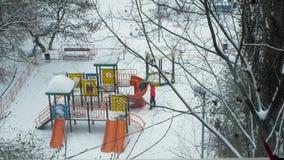 Mama i dzieciak ma zabawę na boisku w zimie zbiory