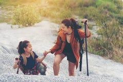 Mama i dzieciak stoi w górze dla edukacji natury podróżujemy plecaki obraz royalty free